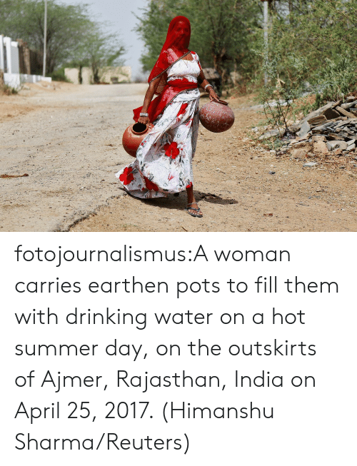 Drinking, News, and Spider: fotojournalismus:A woman carries earthen pots to fill them with drinking water on a hot summer day, on the outskirts of Ajmer, Rajasthan, India on April 25, 2017. (Himanshu Sharma/Reuters)