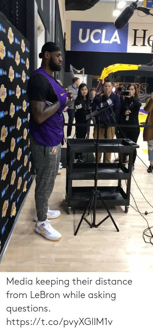 Lebron: Media keeping their distance from LeBron while asking questions.  https://t.co/pvyXGlIM1v