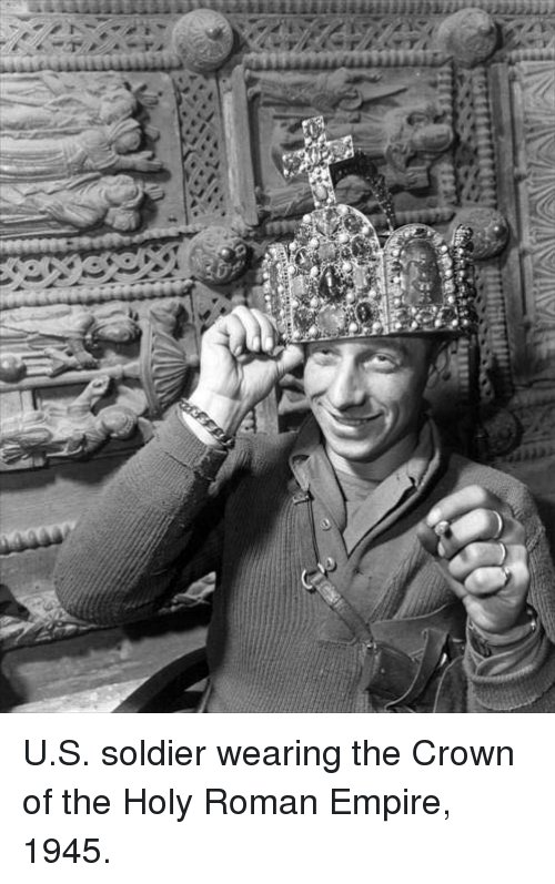 holy roman empire: Yi  n  ィ-7 U.S. soldier wearing the Crown of the Holy Roman Empire, 1945.